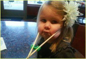 Маленькая девочка в суши-баре