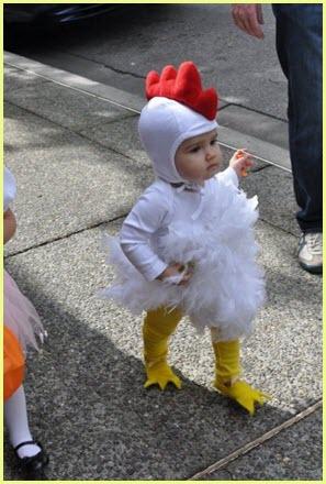 Ребёнок в костюме петушка