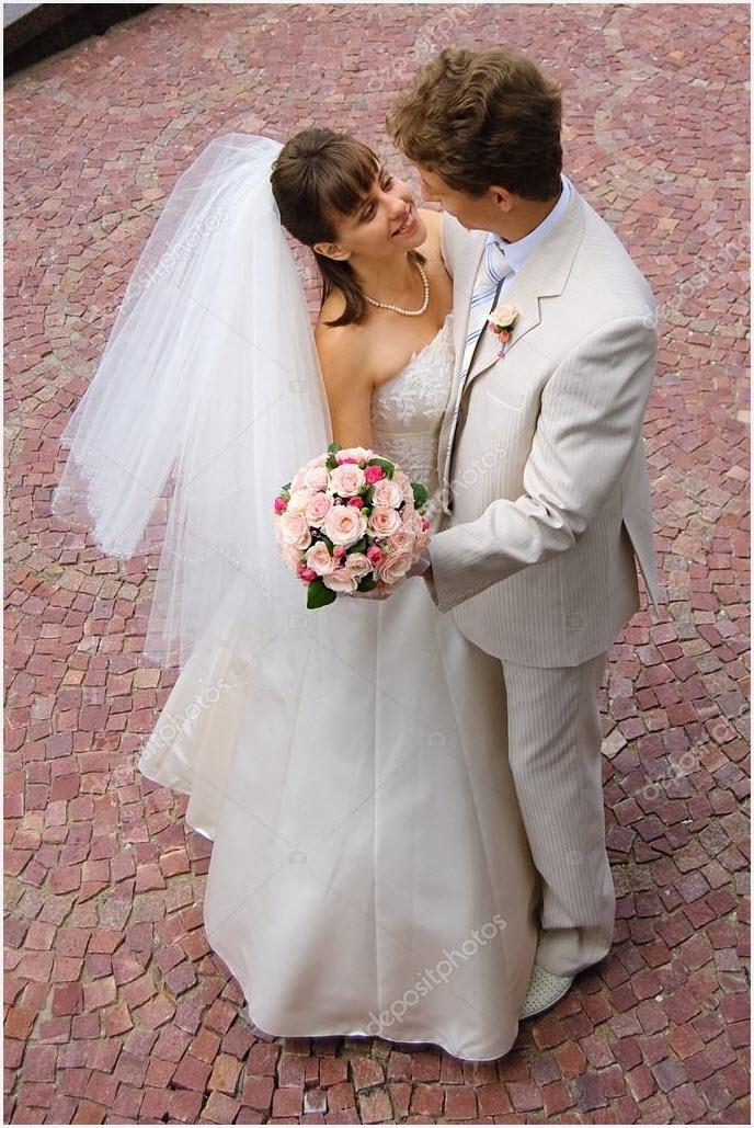 Жених и невеста в белом