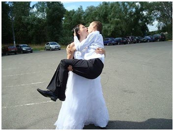 Невеста целует жениха
