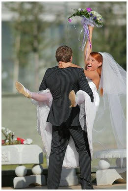 Невеста на руках у жениха