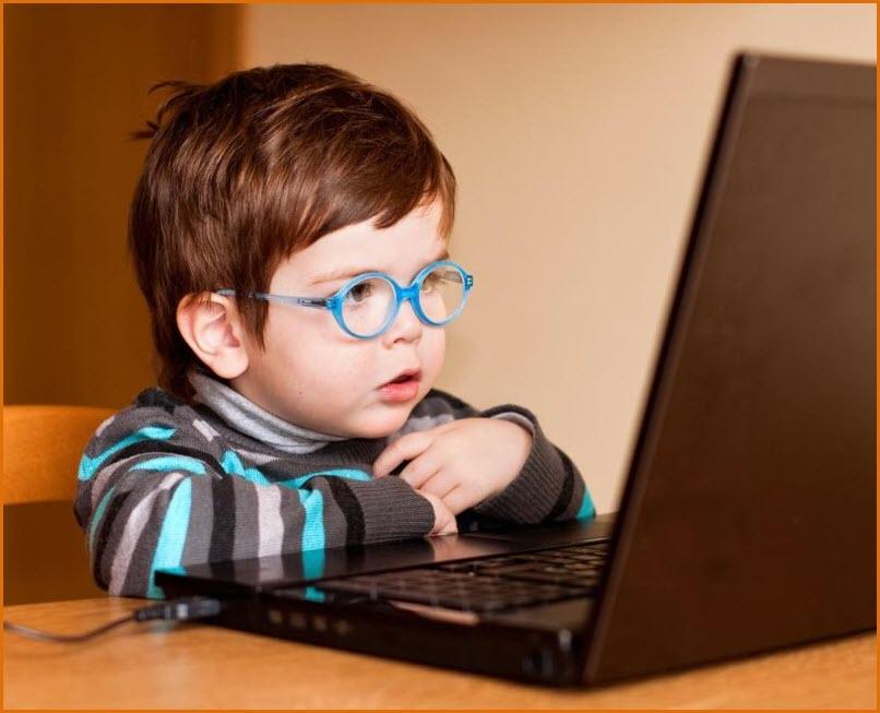 Прикольный мальчуган и компьютер