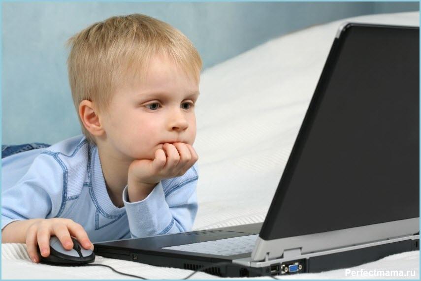 Вдумчивый мальчуган за компьютером