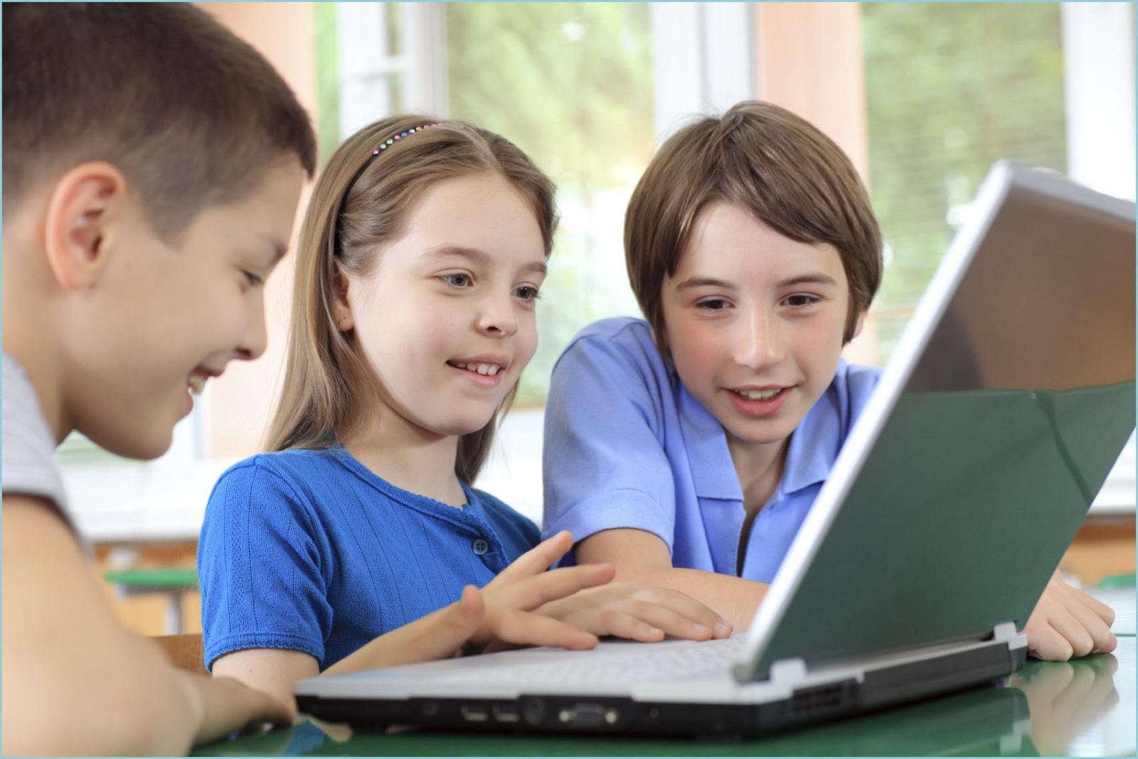 Фото детей за ноутбуком,настоящим другом