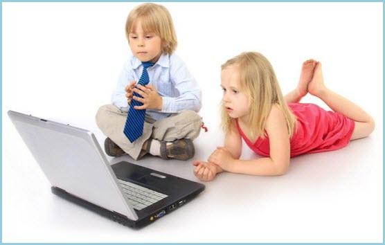 Детки смотрят кино на ноутбуке