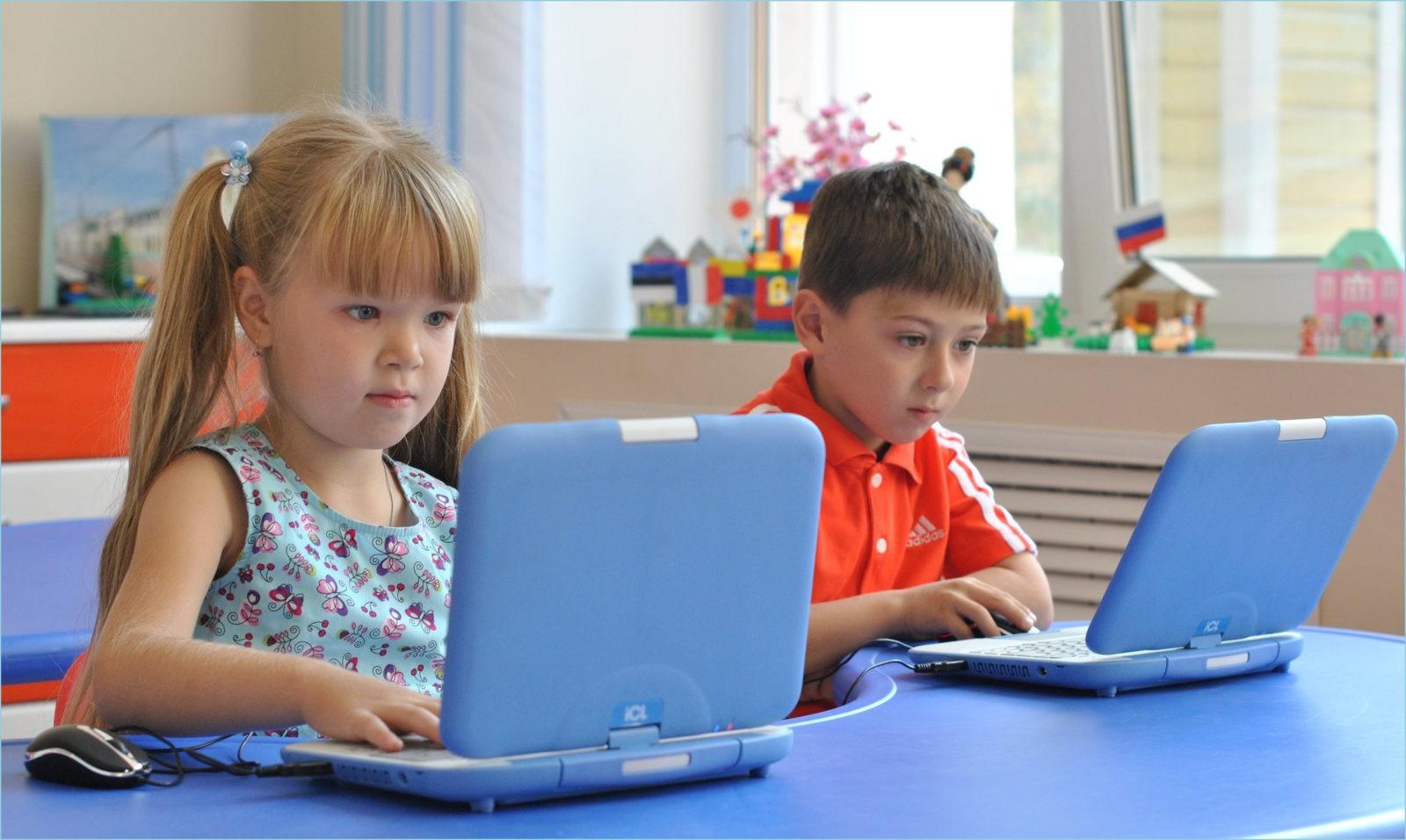 Фото с детьми за ноутбуками