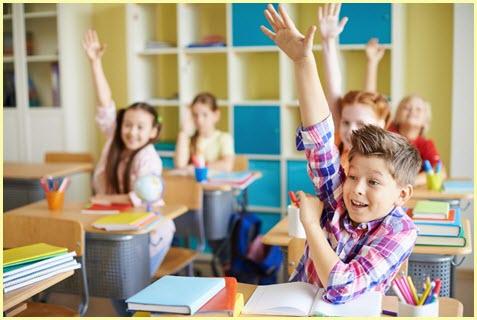 Дети с радостью тянут руки на уроке