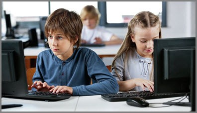 На фото дети осваивают интернет