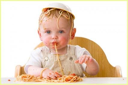 Малыш очень любит макароны