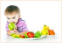 Весёлый мальчуган с яблоком