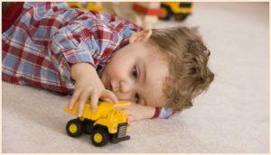 Ребёнок с машинкой
