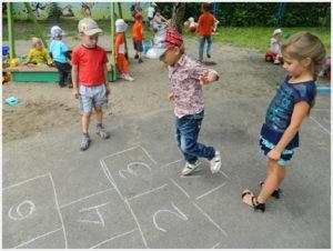 Играют дети в классики