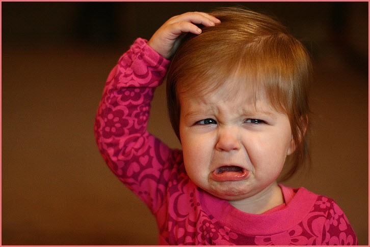 Девчушка плачет от обиды