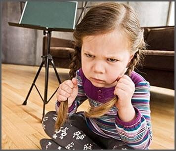 Девочка сердится и обижается