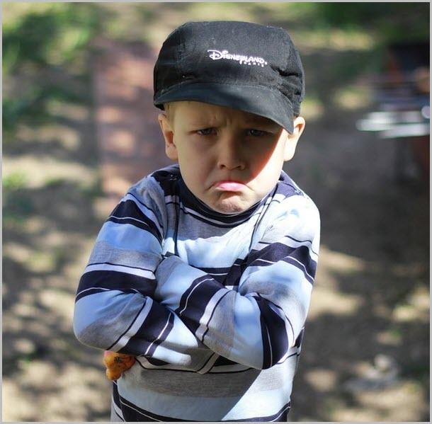 Сердитый мальчик в кепке