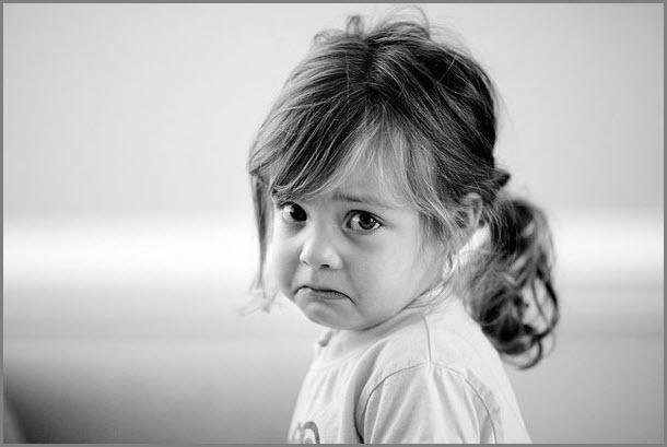 На фото девочка приготовилась плакать