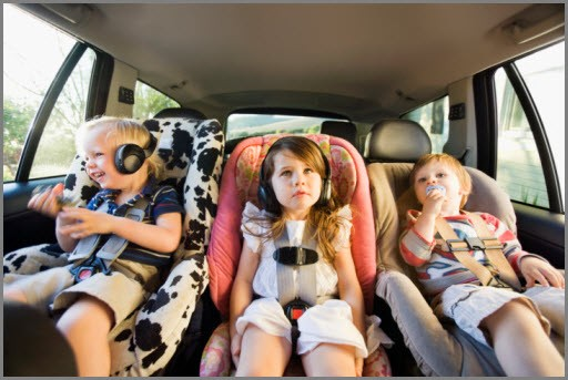 Дети комфортно едут в машине