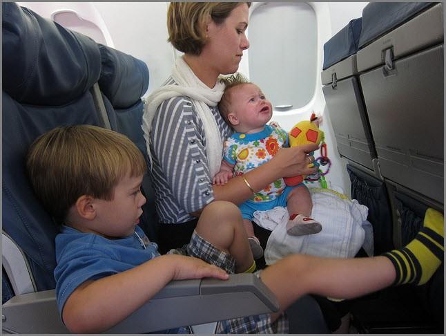 Мама с детьми в самолёте