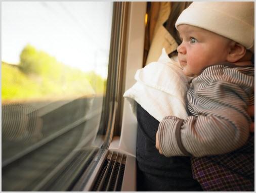Мальчуган смотрит в окно поезда
