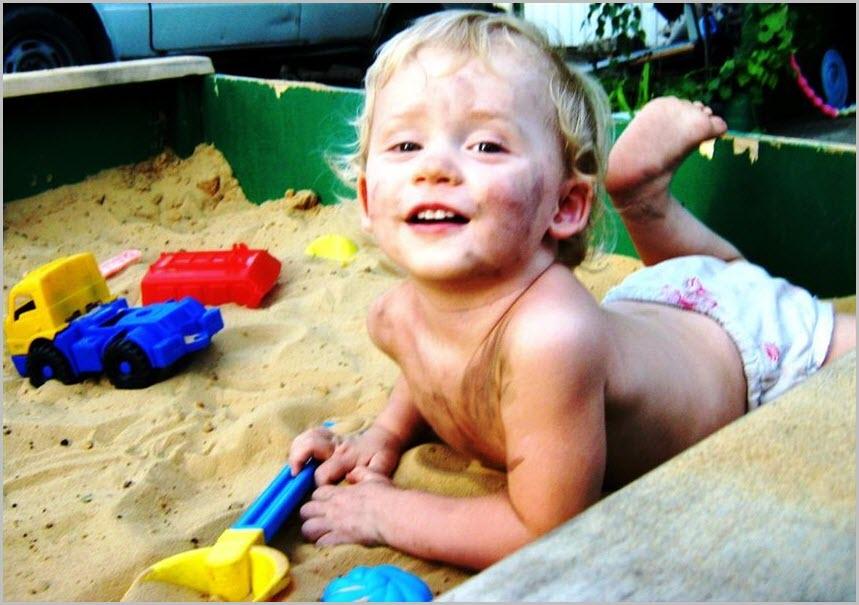 Фото ребёнка в песочнице