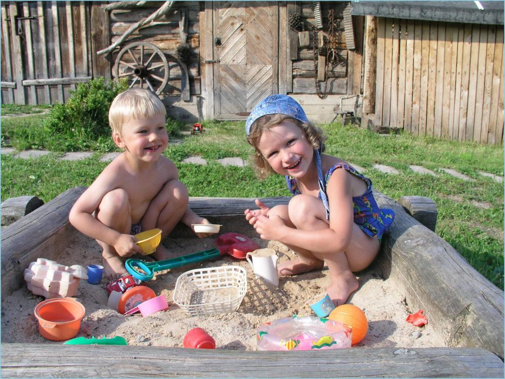 А у нас во дворе песочница есть