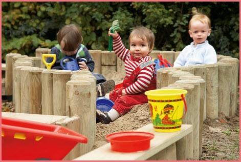 Забавные детишки в песочнице