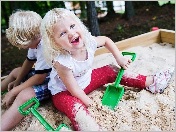 Сестрёнка с братишкой в песочнице
