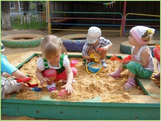 На детской площадке и в песочнице работа кипит