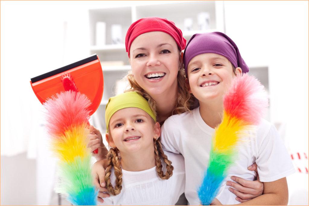 Мама с детьми занимаются уборкой в квартире