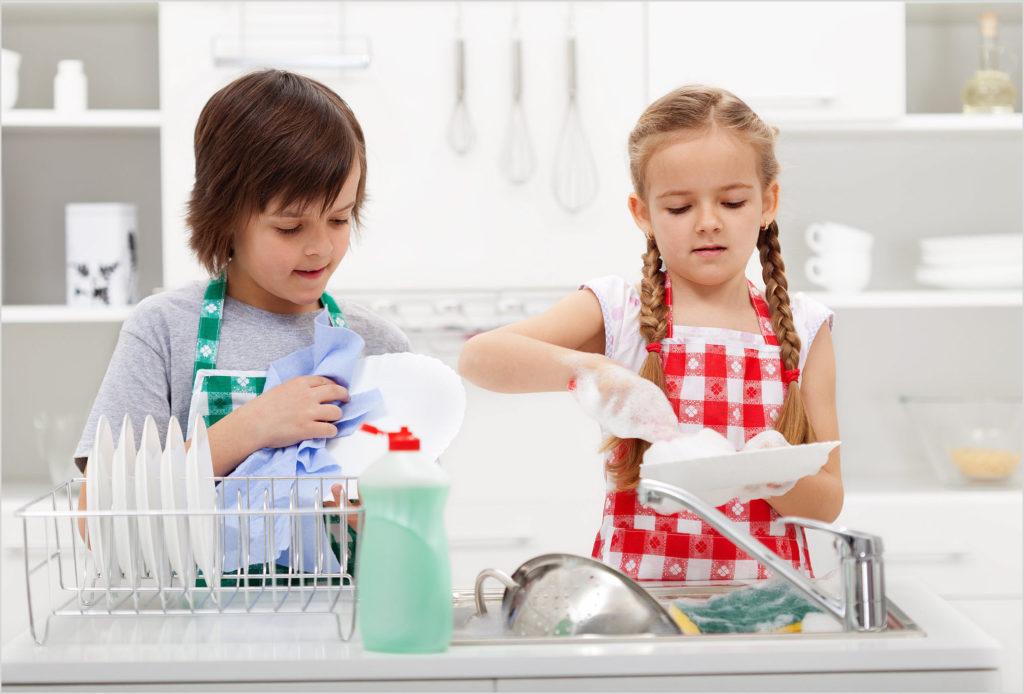Мальчик и девочка моют посуду