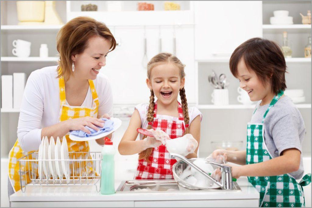 Дети моют посуду, а мама вытирает