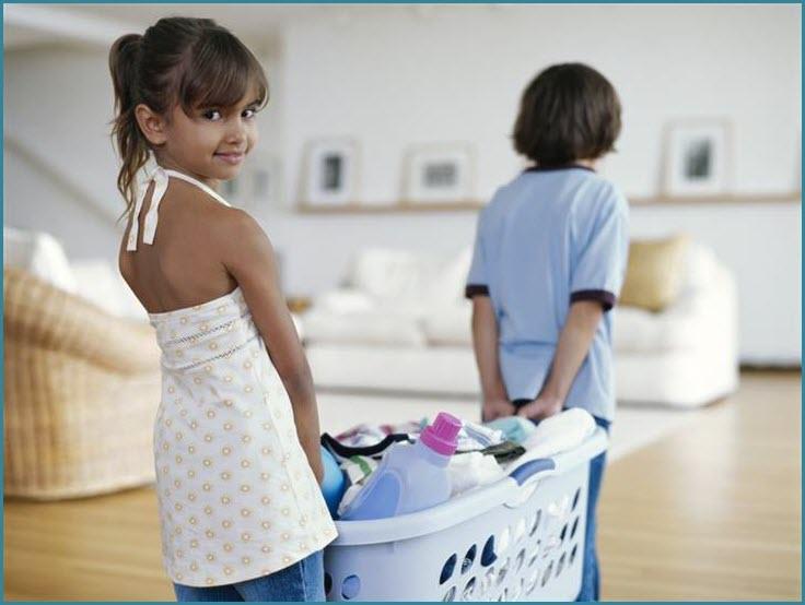 Весёлая девочка с братом уборкой занялись