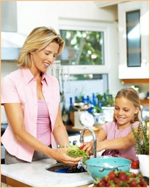 Дочка с мамой моют овощи
