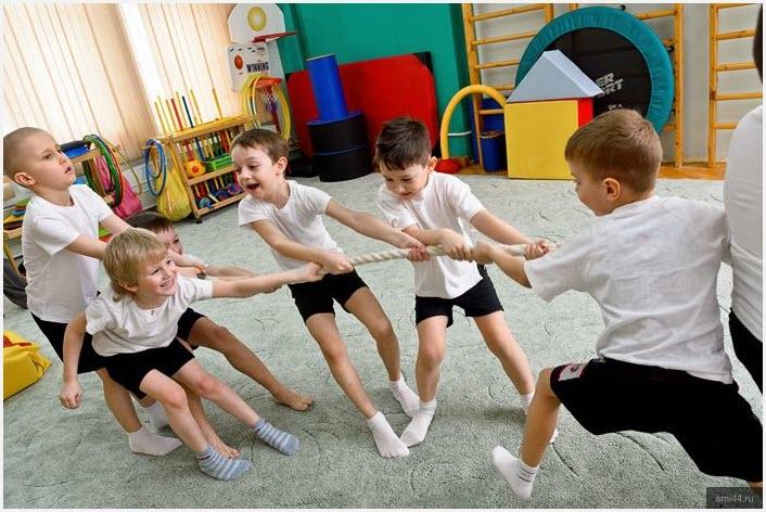 Дети перетягивают канат