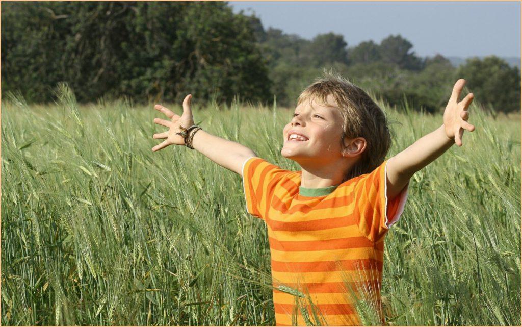 Фото мальчугана на природе