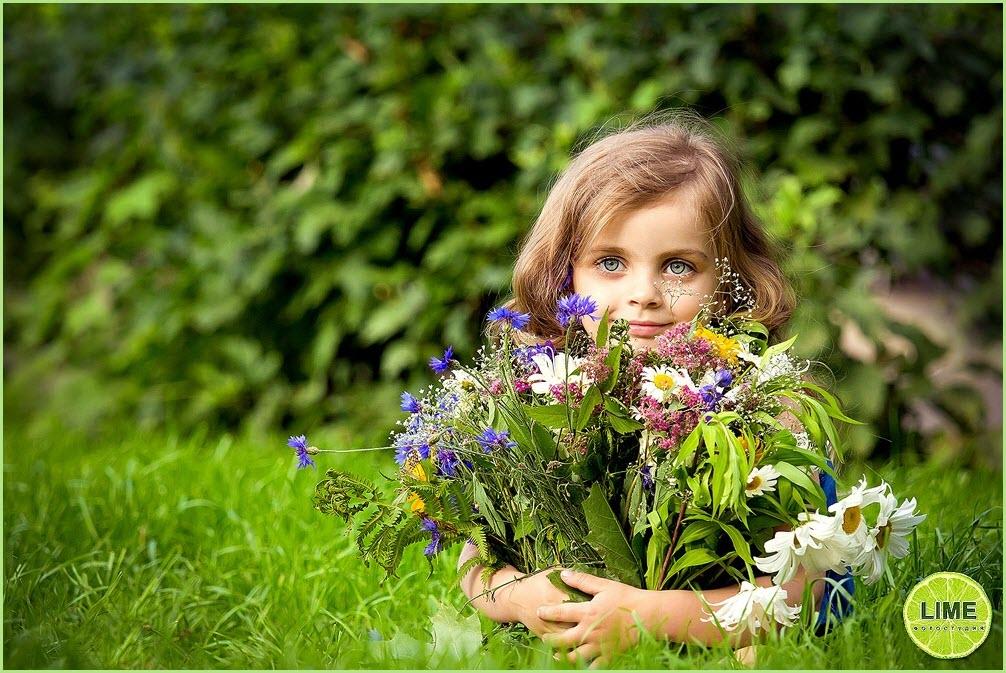 Фото девочки с букетом цветов