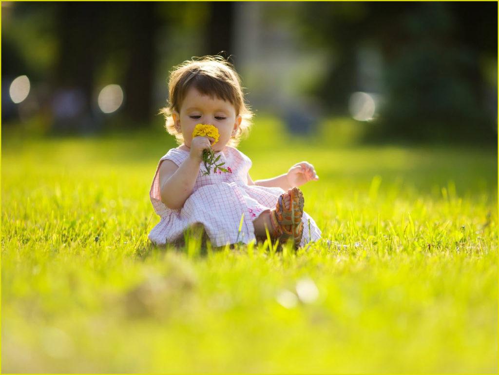 Девочка-малышка с цветком