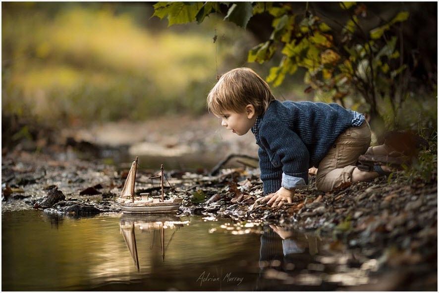 Мальчик с лодочкой