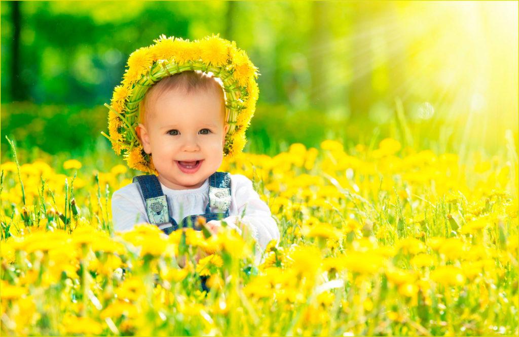 Малыш в венке из одуванчиков