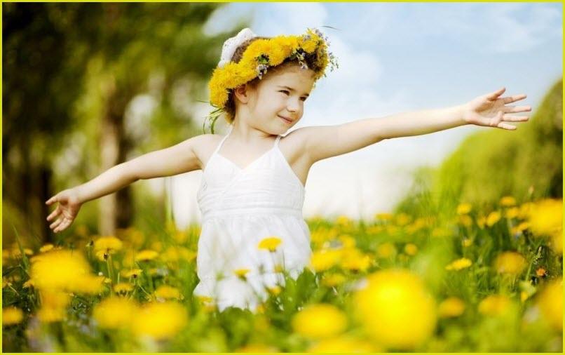 Девочка на поле из одуванчиков
