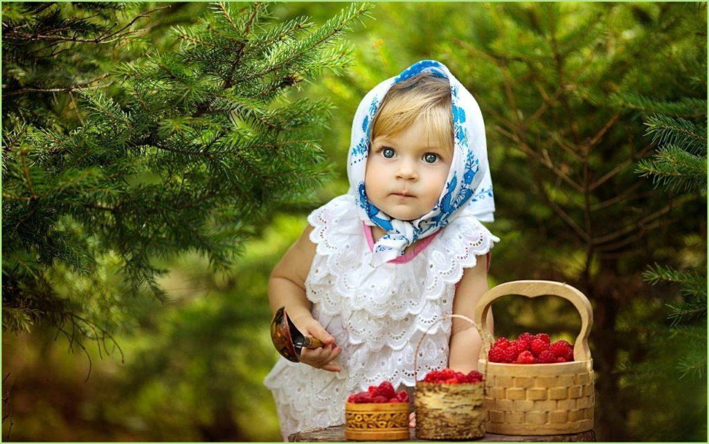 Девчушка с лукошком малины