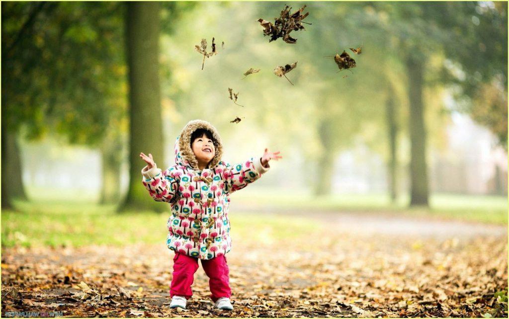 Фото девочки в осеннем лесу