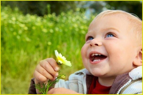 Малыш радуется цветку
