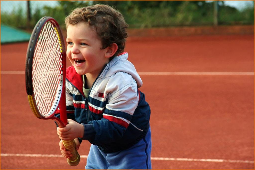 Фото ребёнка с теннисной ракеткой
