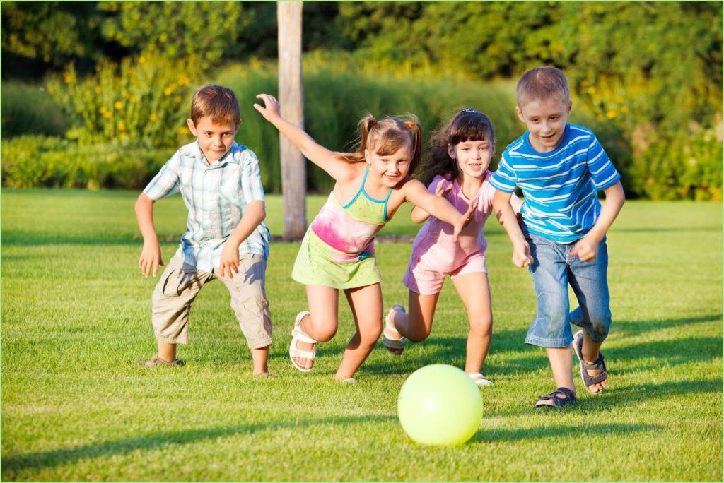 Дети дружно играют в футбол