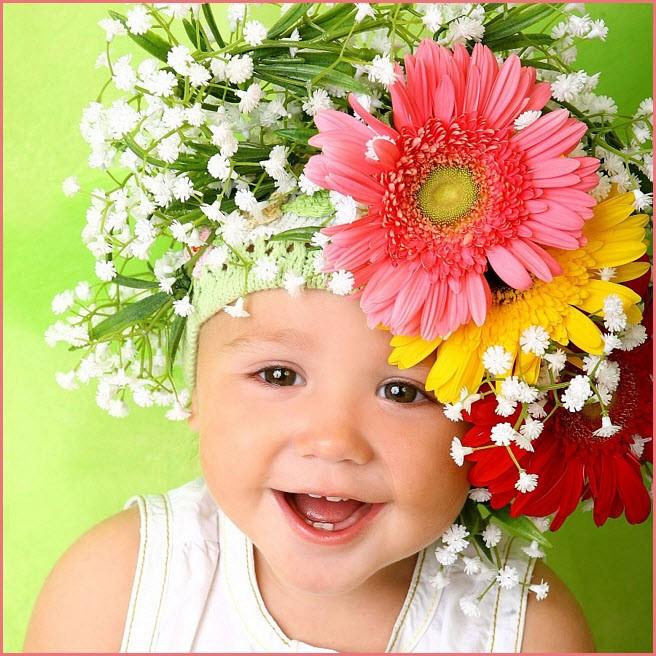 Девочка украсилась цветами
