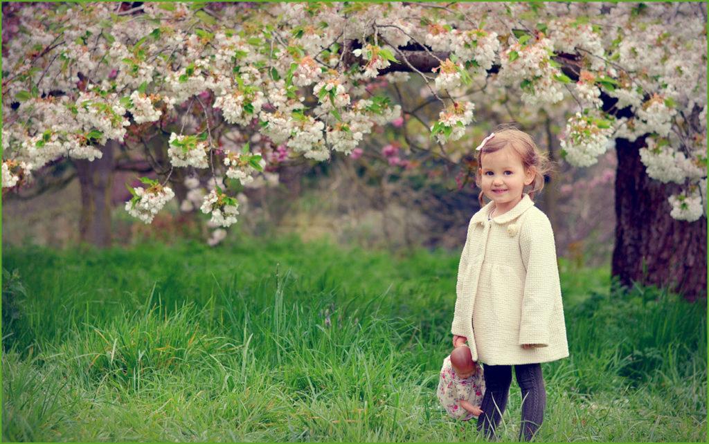 Девочка в цветущем саду