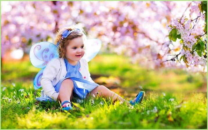 Фото с девочкой в цветущем саду