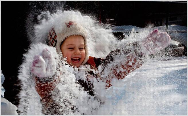 Девчушка вся в снегу