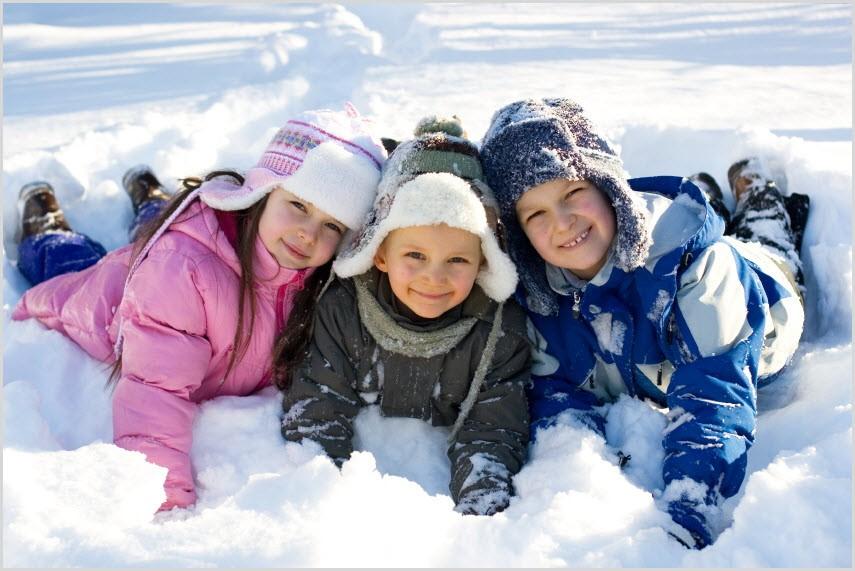 Друзья строят снежную крепость
